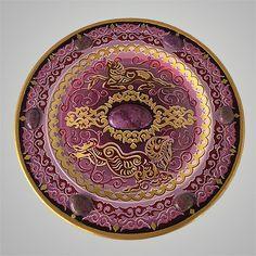 """""""Стихтитовое зарево"""" - красивое необычное панно в сиреневых тонах. На панно изображены алтайские бараны Аргали, выполненные в скифском зверином стиле и национальные узоры. В панно врезаны настоящие стихтиты. Это достаточно редкий минерал, часто его путают с чароитом из-за похожего цвета. Но стихтит гораздо мягче, часто используется для создания поделок и различных декоративных изделий. Впервые был обнаружен на острове Тасмания. Также месторождения есть в Африке, Бразилии, Индии и на Алтае…"""