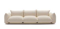 Questo divano ha introdotto un sistema rivoluzionario per assemblare i cuscini e i braccioli alla base. I cuscini sono semplicemente infilati in un telaio in tubolare metallico che garantisce rigidità e resistenza all'uso del divano. Basamento in multistrato accoppiato con fibra e rivestito.
