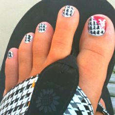 Pretty Nails with Gold Details nails ideas nails design Manicure Ideas featured Nails toes toes toes. Cute Toe Nails, Toe Nail Art, Pretty Nails, Acrylic Nails, Alabama Nails, Toenail Art Designs, Fingernail Designs, Pedicure Designs, Football Nails