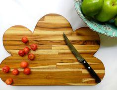Tábua de cozinha em formato nuvem! ♥ Fofo! Essa e outras, você confere no site da Miupi! #miupi #adoromiupi #nuvem #cloud #nasnuvens #madeira #wood #handmade #artesanal #marcenaria #marceneiro #tabua #cozinha #kitchen #cozinhaterapia #cozinhar #lardocelar #homesweethome #minhacozinha #minhacasa #paracasa #decor #decoracao #woodcuttingboard