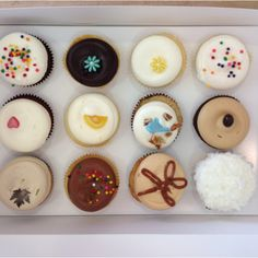 DC Cupcakes / Georgetown Cupcake! Just pinning this makes my mouth water. I love these cupcakes. Toffee and blueberry cheesecake are my fave. Mmmmm