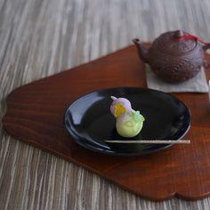 today, I made japanese confectionery NERIKIRI which express Gourd and leaf of a grape😊😊😊 ▫️▫️▫️▫️▫️▫️▫️▫️▫️▫️▫️▫️▫️▫️▫️▫️▫️▫️ 昨日、根津美術館内の喫茶で戴いた 塩野さんの瓢箪型の練り切りが、 それはもう可愛らしくて、、 . その上最高に美味しかったので、 ちょっと色や形を変えて作ってみました。 . 瓢箪って、安定感あって、 丸っこくて、、 見れば見るほど可愛らしいなあ、、 . 最近全然餡をたいていなくて もっぱらクオカさんで買ってきた漉し餡と 練り切りもクオカさんの白餡で作ったけど、 十分美味しかった😊😊😊 . クオカさんの餡好き💕(←まわしものじゃーありません😆)…