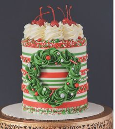 Need an idea what to bring to a Christmas party? Check the 25 unique Christmas cake inspiration ranging from pretty wreath cake to candy cane unicorn cake! Christmas Birthday Cake, Christmas Cupcakes, Christmas Sweets, Christmas Baking, Easy Christmas Cake, Christmas Cake Designs, Christmas Cake Decorations, Holiday Cakes, Holiday Desserts