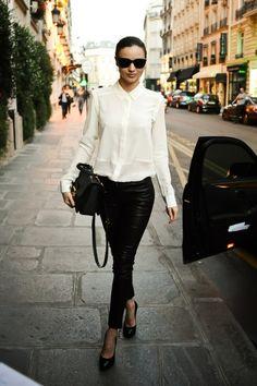 Miranda Kerr in black leather trousers, simple white shirt and Rayban wayfarers