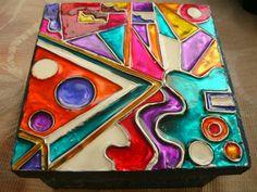 Pintura vitral sobre lamina de aluminio. Glass Vase, Candles, Birthday, Crafts, Craft Things, Gaudi, Paintings, Painted Wooden Boxes, Decorated Boxes