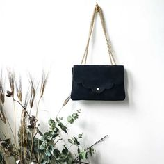 Sac Léonie - cuir noir  39,00 € - chez HOWNE Bags, Green Leather, Pink And Green, Purse, Black Suede, Objects, Handbags, Dime Bags, Totes