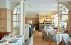 En face des Invalides, le restaurant Thiou invite à la dégustation d'une cuisine thaï réputée. La simplicité du décor est en accord avec la maîtrise du dosage des épices de la chef, encensée par le Tout-Paris.
