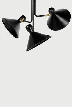 Ogilvy fixierte Hängelampe in mattem Schwarz und antikem Messing. Jeder Lampenschirm kann am Hals verstellt werden, so dass der ganze Raum einen sanften Lichtschein erhält. Inspiriert wurde Ogilvy von der Beleuchtung eines Gentlemen Clubs. Mit einem viel weniger elitären Preis, versteht sich.