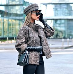 Street style is consistently providing us with the most of-the-moment looks in real time, so it's always our go-to for the best style inspiration. Older Women Fashion, Black Women Fashion, Womens Fashion, High Fashion, Winter Outfits, Stil Inspiration, Estilo Glamour, Coats For Women, Clothes For Women