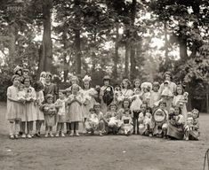 Girls with dolls at Montrose play grounds, 1923. http://j.mp/2bNijVf National Photo Company #oldpics #oldphotos