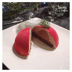 Pour ces fêtes de Noël Sweetly Cakes a décidé de revisiter les snickers en dôme ! Ganache à la cacahuète, insert mousse au chocolat, biscuit au chocolat avec ses couches de chocolat et de caramel beurre salé, un vrai régal!