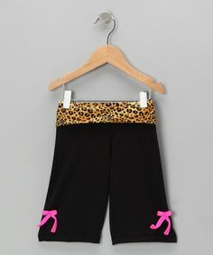 These stellar capris let little divas dance forward thanks to their quality spandex blend. The wild fold-over waistband and bow accents add charm and comfort to a style full of unique flair.