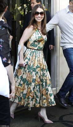 Emilia Clarke temporarily ditches crutches for Terminator photo call Emilia Clarke, Modest Fashion, Girl Fashion, Fashion 2015, Beautiful Eyes, Most Beautiful Women, Different Dresses, Queen, Cool Style