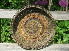 Spiral tray - Annette Borch Jensen Willow Weaving, Basket Weaving, Newspaper Basket, Weave Styles, Bird Feeders, Lanterns, Bamboo, Sculptures, Woodworking