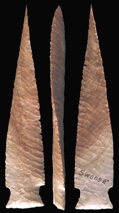 """Picture and description of a twisted stemmed point made by """"Swoose. Stone Age Tools, Flint Knapping, Indian Artifacts, Knives And Swords, Prehistoric, Arrows, Weapons, Rocks, Modern"""