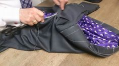 Carmelo Abadias sastrería afinando una primera prueba, para que en la siguiente esté perfecto este traje. Con estilo de verdad.  Carmelo Abadias desde 1970 sastrería y camisería a medida.