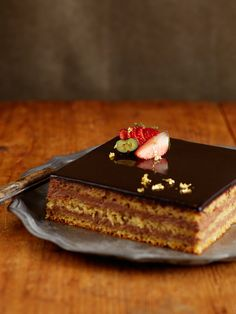 Recipe : マクロビオティック・ガトー・ショコラ(チョコレートケーキ)/生クリーム不使用のチョコレートクリーム&しっとりした生地を重ねたケーキのトップに、鏡のように輝くミロワールショコラをオン。「これがマクロビオティック!?」と驚くこと間違いなし。 #レシピ