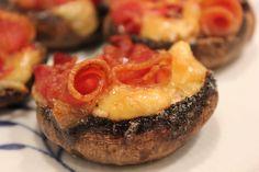 Lækre fyldte svampe lavet af portobello svampe med hakket brie, chili og et par stykker bacon. Gør sig godt som en let forret eller som tilbehør til kød. Brie, Portobello, Baked Potato, Tapas, Sushi, Bacon, Potatoes, Snacks, Ethnic Recipes