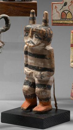 KACHINA KOSHARE KOYALA ou HANO CLOWN dit aussi GLUTTON Cottonwood, pigments, tissu Hopi, Arizona, Sud Ouest des Etats Unis d'Amerique vers 1910 -1920 Ht 18 cm Kachina en position debout, genoux legerement… - Eve - 30/05/2016