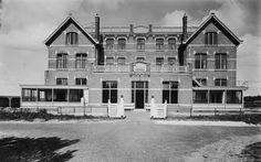 """Het Zeehuis te Bergen aan Zee werd in 1908 gebouwd in opdracht van het Burgerweeshuis te Amsterdam. De Amsterdamse weesjes konden hier dan enige tijd van duin, bossen en zee genieten. Het heeft daarna vele jaren dienst gedaan als kinderkolonie van het """" Centraal Genootschap"""". Gedurende al die jaren heeft dit huis """"Het Zeehuis"""" geheten."""