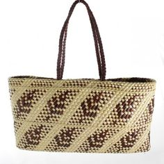 Kete whakairo ARTIST: FIONA JONES Hand woven brown and natural fern pattern kete with muka (flax fibre) handles. Flax Weaving, Weaving Art, Basket Weaving, Hand Weaving, Weaving Designs, Weaving Patterns, Flax Fiber, Maori Designs, Bamboo Art