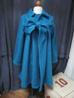 Manteau AGLAE en laine bouillie bleu pétrole fermé par un neoud dasn le même tissu (4)