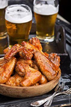 alitas de pollo y cerveza