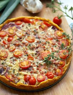 A recipe for an incredibly juicy vegetable tart with leeks, onions, cocktail tomatoes, cheese and bacon. Perfect for a delicious meal. Recipe for a vegetable tart BerlinPearl BerlinPearl Delicious and Tasty A recipe for an incredibly juicy vegetabl Tart Recipes, Cheese Recipes, Cooking Recipes, Pizza Recipes, Snacks Recipes, Vegetable Tart, Yummy Food, Tasty, Quiches