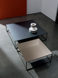 Living room table with lacquered metal structure, mocha or burnished brass finish. Smoked glass top with a geometric pattern of different shades. Modern Table Legs, Modern Glass Coffee Table, Steel Coffee Table, Coffe Table, Coffee Table Design, Glass Table, A Table, Square Glass Coffee Table, Centre Table Living Room