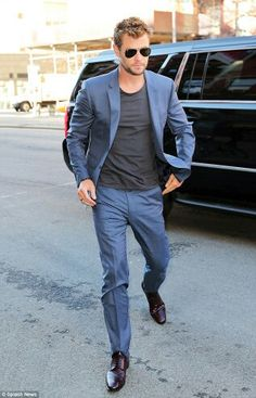 Chris Hemsworth added a dose of casual style to his navy suit with a basic gray tee and classic aviator sunnies! Mens Light Blue Suit, Blue Suits, Snowwhite And The Huntsman, Hemsworth Brothers, Suit Combinations, Chris Hemsworth Thor, Perfect Man, Mens Suits, Groom Suits
