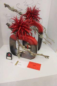 Dramatic floral centerpiece in red color. Contemporary Flower Arrangements, Creative Flower Arrangements, Tropical Floral Arrangements, Christmas Floral Arrangements, Floral Centerpieces, Flower Show, Flower Art, Silk Flowers, Sugar Flowers