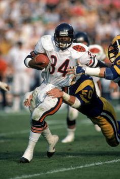 The 100 Greatest Pro Running Backs of All-Time: Nos. Walter Payton Super Bowl Champion 1977 NFL MVP 1977 Offensive Player of the Year … Nfl Bears, Bears Football, Nfl Chicago Bears, Football Rules, Football Stuff, Football Images, Football Football, Football Pictures, Football Cards