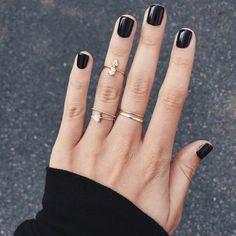 """In Amerika is een ware gekte uitgebarsten rondom de nagellak """"Black Satin"""" van Chanel. Alhoewel deze lak in Europa volop te verkrijgen is werd het in Amerika in het najaar in een &#822…"""