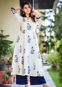 Pakistani Dresses Casual, Indian Fashion Dresses, Dress Indian Style, Pakistani Dress Design, Indian Designer Outfits, Fashion Outfits, Simple Kurti Designs, Kurti Neck Designs, Kurta Designs Women