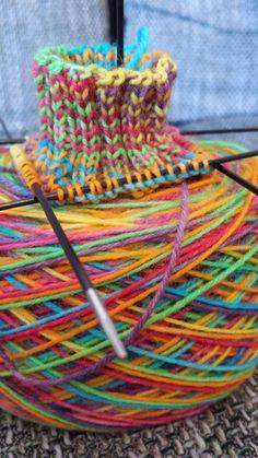 Kleine Amsel: Wolle färben mit Ostereierfarben