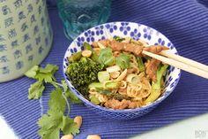 Één van de lekkerste snel klaargerechten zijn woknoedels. Heerlijk met biefreepjes en verse groenten van het seizoen. Ook eens bereiden! Kijk op BonApetit.