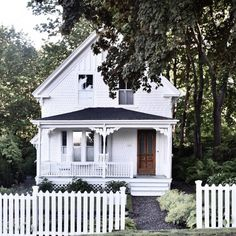 New exterior white house little cottages ideas White Cottage, Cozy Cottage, Cottage Homes, Cottage Style, Little Cottages, Little Houses, Future House, My House, House Goals