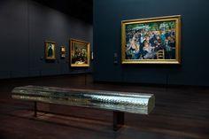 """La renovación del importante Musee D'Orsay de Paris continua incluyendo el trabajo de diseñadores internacionales, en este caso, el clásico contemporáneo del japonés Tokujin Yoshioka """"Water Block"""". Después de haber comisionado al estudio brasileño de los hermanos Campana para remodelar el Café de l'Horloge, la pieza de Yoshioka se convertirá en la banca de la galería impresionista del museo."""