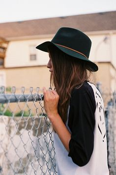Brixton Wesley Fedora and a baseball tee, casual with a bit of flare Brixton, Look Fashion, Fashion Outfits, Womens Fashion, Mein Style, Wide-brim Hat, Living At Home, Minimal Chic, Girl With Hat