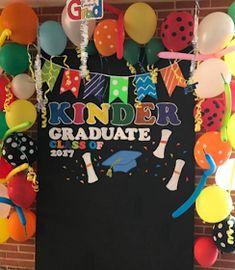 101 fiestas: ¿Cómo Celebrar tu graduación de kinder? Preschool Graduation Gifts, Pre K Graduation, Kindergarten Graduation, Graduation Photos, Art Party Decorations, Graduation Decorations, School Decorations, School Parties, Preschool Art