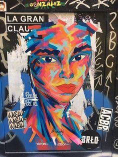 Obra de wheat pasting elaborada con pincel y pintura de diferentes colores firmada por Manyoly. Se ubica cerca del MACBA y representa una joven de rasgos exóticos con una mirada penetrante. #ArtSocietatEducació2016 #wheatpasting