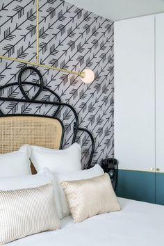 Chambre de l'Hôtel Panache imaginé par Dorothée Meilichzon : une nouvelle modernité s'associe au rétro parisien.
