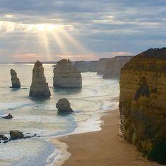 12 Apostel Great Ocean Road #australia #australien #greatoceanroad #12apostles #sunset #coast #coastline #küste #steilküste #sonnenuntergang #sonnenstrahlen #sunbeams #beach #southernocean by biagutt