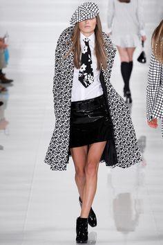 Había un motivo de gran atractivo negro y blanco, sólidos y gráficos, incluyendo esta última un shirtdress rayas con dobladillo con volantes y vestido de suéter tattersall.