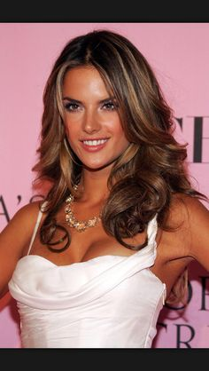Alessandra Ambrosio was born on April 1981 is a Brazilian model. Ambrosio is best known for her work with Victoria's Secret. Alessandra Ambrosio, Hair Styles 2014, Curly Hair Styles, Hair Highlights, Caramel Highlights, Subtle Highlights, Hair Dos, Ombre Hair, New Hair