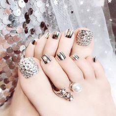 Ongles Bling Bling, Rhinestone Nails, Bling Nails, Sparkle Nails, Rhinestone Wedding, Pretty Toe Nails, Cute Toe Nails, Toe Nail Art, Pretty Pedicures