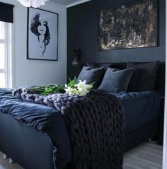 33 Epic Navy Blue Bedroom Design Ideas to Inspire You Navy blue is a highly sophisticated color that would fit a bedroom? Cast a glance over our navy blue bedroom ideas and convince yourself of its epicness! Dream Bedroom, Home Bedroom, Fall Bedroom, Navy Blue Bedrooms, Bedroom Black, Dark Cozy Bedroom, Dark Blue Bedroom Walls, Dark Blue Rooms, Dark Master Bedroom
