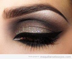 Maquillaje de ojos en marrón, con purpurina y línea de ojos en negro, elegante para fiestas