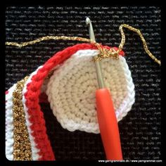 Hæklede juletrommer! Crochet Christmas Decorations, Holiday Crochet, Christmas Tree Ornaments, Christmas Crafts, Crochet Stars, Free Crochet, Knit Crochet, Crochet Dolls, Christmas Projects
