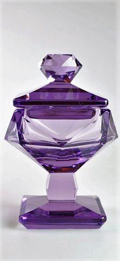 Kubistická dózička  neobvyklá kubistická dózička na nožce z precizně broušeného fialového skla, kolem roku 1920, severní Čechy; výška 12,5 cm, šířka 9 cm World War One, Cubism, Perfume Bottles, Glass, World War I, Drinkware, Perfume Bottle, Glas, Mirrors